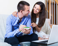 Σύζυγοι που κάνουν τις σημειώσεις για το lap-top Στοκ Φωτογραφίες