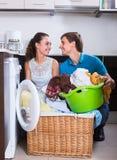 Σύζυγοι που κάνουν το κανονικό πλυντήριο Στοκ εικόνα με δικαίωμα ελεύθερης χρήσης