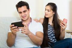 Σύζυγοι που παίζουν με τα smartphones Στοκ Εικόνα
