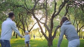 Σύζυγος και σύζυγος που αγκαλιάζουν και που φιλούν ευτυχείς στο πάρκο φιλμ μικρού μήκους