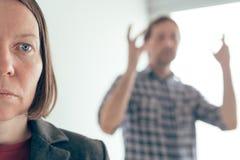Σύζυγος και σύζυγος που υποστηρίζουν, άνδρας που φωνάζει στη γυναίκα στοκ φωτογραφία