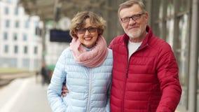 Σύζυγος και σύζυγος σε έναν περίπατο άνοιξη μέσω της πόλης Εξετάστε το πλαίσιο, αγκαλιάστε και γελάστε Ώριμο ζεύγος ημερομηνίας Κ φιλμ μικρού μήκους