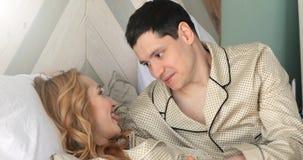 Σύζυγος και σύζυγος στο κρεβάτι το πρωί απόθεμα βίντεο