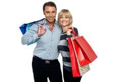 Σύζυγος και σύζυγος που απολαμβάνουν τις αγορές Στοκ εικόνα με δικαίωμα ελεύθερης χρήσης