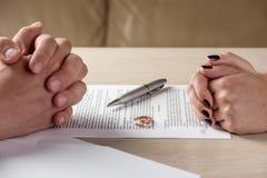 Σύζυγος και σύζυγος που υπογράφουν τα έγγραφα διαζυγίου ή τη premarital συμφωνία Στοκ Εικόνα