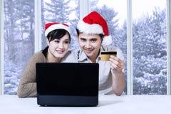 Σύζυγος και σύζυγος που ψωνίζουν on-line Στοκ Εικόνες