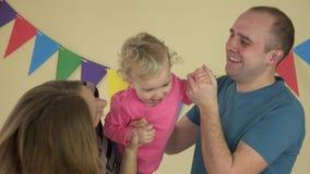 Σύζυγος οικογενειακών συζύγων και κορίτσι κορών μωρών που χορεύει μαζί στο σπίτι απόθεμα βίντεο