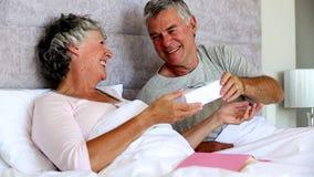 Σύζυγος που δίνει ένα δώρο στη σύζυγό του ενώ διαβάζει ένα βιβλίο φιλμ μικρού μήκους