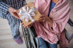 Σύζυγος που δίνει ένα παρόν στη σύζυγό του Στοκ Εικόνα