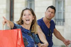Σύζυγος που δείχνει σε μια άλλη μπουτίκ για τις αγορές στοκ φωτογραφίες με δικαίωμα ελεύθερης χρήσης