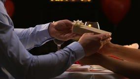 Σύζυγος που κάνει την έκπληξη στην παρουσίαση συζύγων giftbox, ρομαντικό γεύμα, εορτασμός απόθεμα βίντεο
