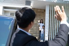Σύζυγος που κυματίζει αντίο στην οικογένειά του πρίν πηγαίνει να εργαστεί στοκ εικόνες με δικαίωμα ελεύθερης χρήσης
