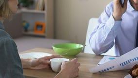 Σύζυγος που υποστηρίζει με το λειτουργώντας ομιλούν τηλέφωνο συζύγων στο σπίτι, οικογενειακή κρίση, σταδιοδρομία φιλμ μικρού μήκους