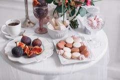 Σύκα και γλυκά προγευμάτων Άσπρη ανασκόπηση Macaroon γάμος στοκ εικόνα με δικαίωμα ελεύθερης χρήσης