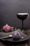 Σύκα και μαύρο επιτραπέζιο σκεύος Στοκ φωτογραφίες με δικαίωμα ελεύθερης χρήσης