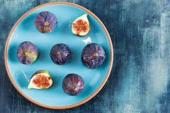 Σύκα στο κυανό πιάτο με το μπλε υπόβαθρο στοκ φωτογραφίες με δικαίωμα ελεύθερης χρήσης