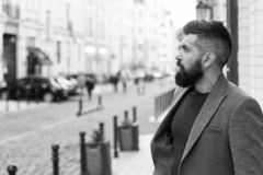 Σύλληψη του ταξί Επιχειρηματίας που πιάνει το ταξί στεμένος υπαίθρια το αστικό υπόβαθρο Περιστασιακό ύφος hipster ατόμων γενειοφό στοκ φωτογραφίες με δικαίωμα ελεύθερης χρήσης