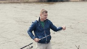 σύλληψη του ψαρά ψαριών Ψαράς που παίρνει τα πιασμένα ψάρια από το γάντζο στην αλιεία της ράβδου απόθεμα βίντεο