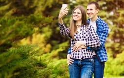 Σύλληψη των φωτεινών στιγμών Χαρούμενο νέο αγαπώντας ζεύγος που κάνει selfie στη κάμερα στοκ φωτογραφίες