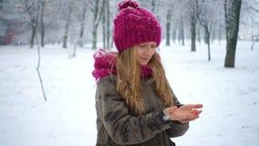 σύλληψη snowflakes κοριτσιών απόθεμα βίντεο