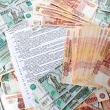 Σύμβαση τραπεζικών καταθέσεων στο υπόβαθρο ένας μεγάλος αριθμός ρουβλιών Στοκ Φωτογραφία