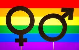 Σύμβολα γένους με το υπόβαθρο σημαιών ουράνιων τόξων LGBT Στοκ Φωτογραφία