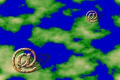 Σύμβολα ηλεκτρονικού ταχυδρομείου πέρα από την ανασκόπηση εδάφους Στοκ Εικόνα