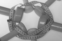 Σύμβολα υγείας και ικανότητας Barbells στο διαφορετικό χρώματα κύκλο με την ταινία μέτρου Στοκ φωτογραφία με δικαίωμα ελεύθερης χρήσης