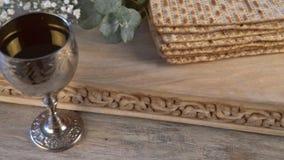Σύμβολα Passover Pesach των μεγάλων εβραϊκών διακοπών Παραδοσιακό matzoh, matzah ή matzo απόθεμα βίντεο