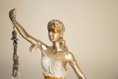 Σύμβολο αγαλμάτων γυναικών της δικαιοσύνης Themis Στοκ Εικόνες