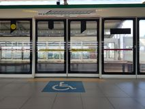 Σύμβολο δυνατότητας πρόσβασης για τους χρήστες αναπηρικών καρεκλών για τους επιβάτες στο σταθμό τρένου plataform στοκ εικόνα με δικαίωμα ελεύθερης χρήσης