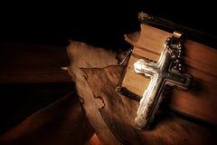 Σύμβολο Ιησούς Cross θρησκείας χριστιανισμού και Βίβλος Στοκ Φωτογραφία