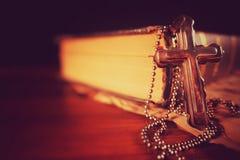 Σύμβολο Ιησούς Cross θρησκείας χριστιανισμού και Βίβλος Στοκ εικόνα με δικαίωμα ελεύθερης χρήσης