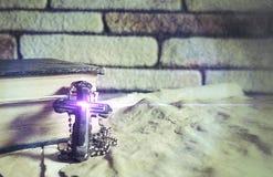 Σύμβολο Ιησούς Cross θρησκείας χριστιανισμού και Βίβλος Στοκ Εικόνες