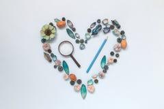 Σύμβολο καρδιών φιαγμένο από διάφορα φυσικά πράγματα με πιό magnifier και το μολύβι Ερευνήστε και αγαπήστε την έννοια φύσης Επίπε Στοκ φωτογραφίες με δικαίωμα ελεύθερης χρήσης