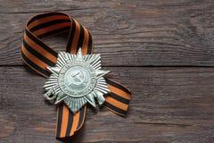 Σύμβολο νίκης, κορδέλλα του ST George και διαταγή σχετικά με το ξύλινο υπόβαθρο στοκ εικόνες