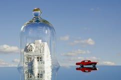 Σύμβολο σπιτιών με το παιχνίδι αυτοκινήτων στον καθρέφτη Στοκ εικόνες με δικαίωμα ελεύθερης χρήσης