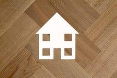 Σύμβολο σπιτιών στο ξύλινο πάτωμα στοκ εικόνες