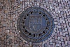 Σύμβολο σχεδίου τέχνης της πόλης της Πράγας στην κάλυψη καταπακτών στο μονοπάτι Στοκ Εικόνες