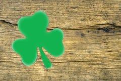 Σύμβολο φύλλων εγγράφου της ημέρας του ST Πάτρικ ` s Πράσινο τριφύλλι στο sha στοκ εικόνα
