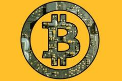 Σύμβολο Bitcoin με το ηλεκτρονικό υπόβαθρο Στοκ Φωτογραφίες