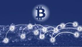 Σύμβολο Bitcoin πέρα από την πόλη στοκ φωτογραφίες
