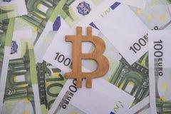 Σύμβολο bitcoin στα ευρωπαϊκά χρήματα νομίσματος Στοκ Φωτογραφία
