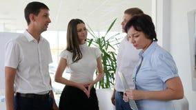 Σύμβουλος γυναικών με τις διαθέσιμες συμβουλές χεριών εγγράφων με τους εργαζομένους γραφείων στο εμπορικό κέντρο απόθεμα βίντεο