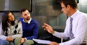Σύμβουλος που εξηγεί τις λεπτομέρειες συμφωνίας στο ζεύγος 4k φιλμ μικρού μήκους