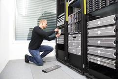 Σύμβουλος αντικαθιστά το σκληρό δίσκο στο datacenter στοκ εικόνες με δικαίωμα ελεύθερης χρήσης