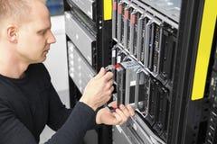 Σύμβουλος εγκαθιστά τον κεντρικό υπολογιστή λεπίδων στο datacenter Στοκ Φωτογραφίες