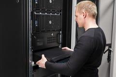 Σύμβουλος εγκαθιστά το δρομολογητή δικτύων στο datacenter στοκ φωτογραφία με δικαίωμα ελεύθερης χρήσης