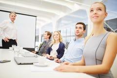 Σύμβουλος και επιχειρησιακή ομάδα σε μια επιχειρησιακή συνεδρίαση Στοκ Εικόνες