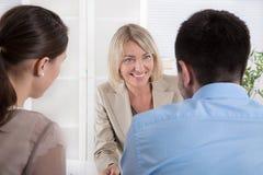 Σύμβουλος, μεσίτης και πελάτες που κάθονται στο γραφείο στο γραφείο Στοκ φωτογραφία με δικαίωμα ελεύθερης χρήσης